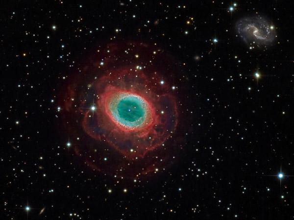 Une nébuleuse planétaire et une galaxie spirale sur la même photo